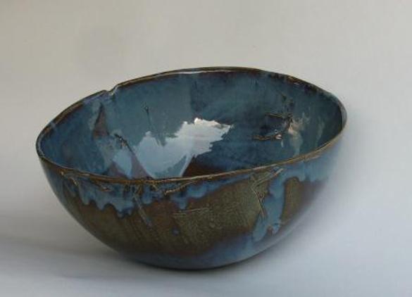 blaue Schale mit grau-braun